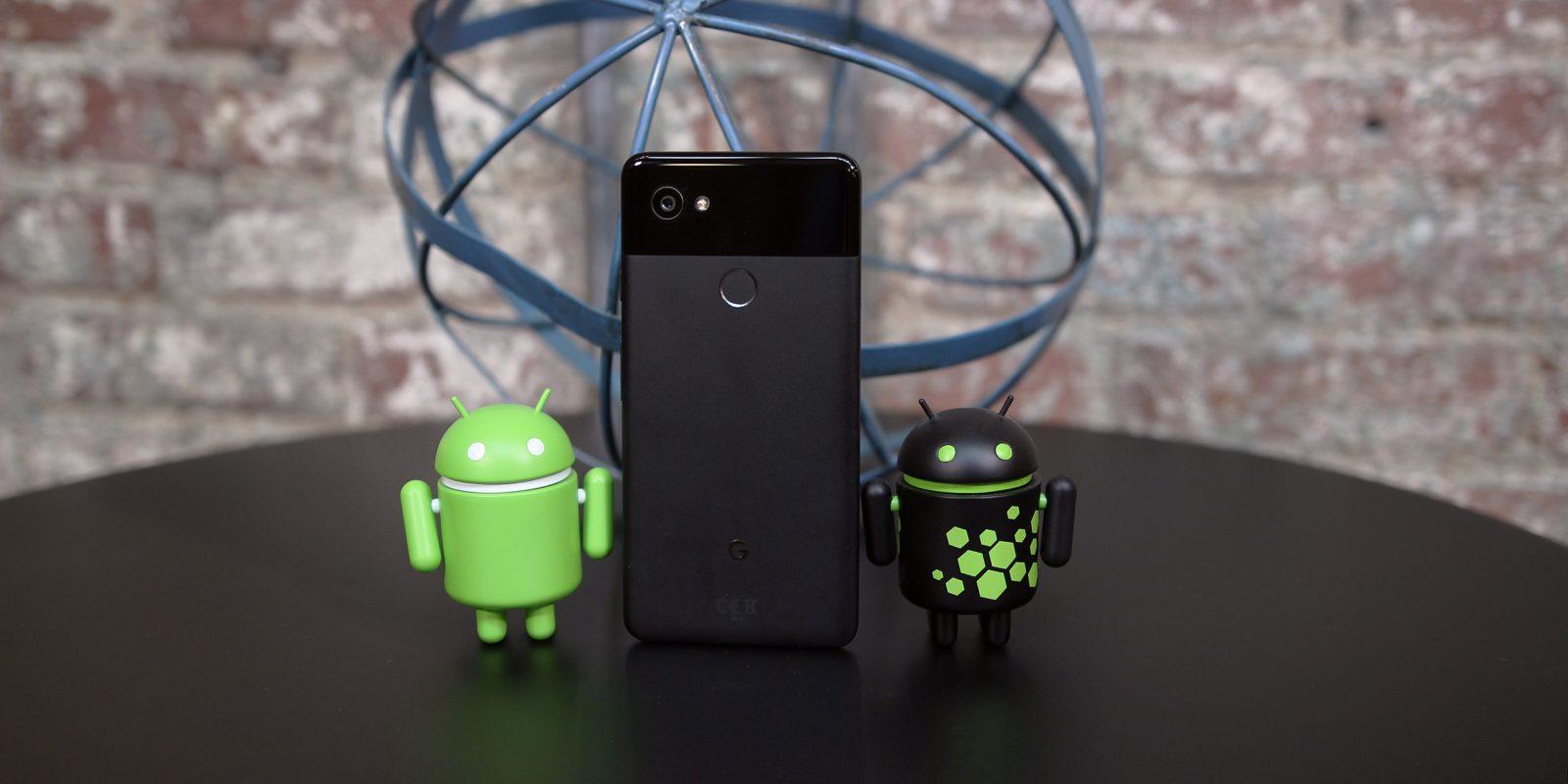 Muñecos Android en una mesa con un smartphone