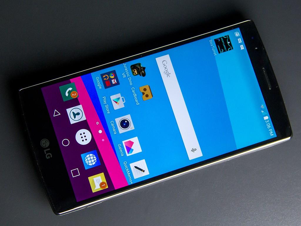 Celular LG G4 encendido con un fondo negro