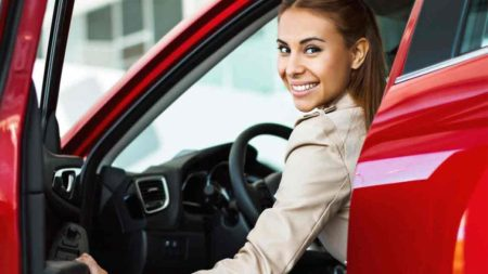 Mujer a bordo de un auto rojo