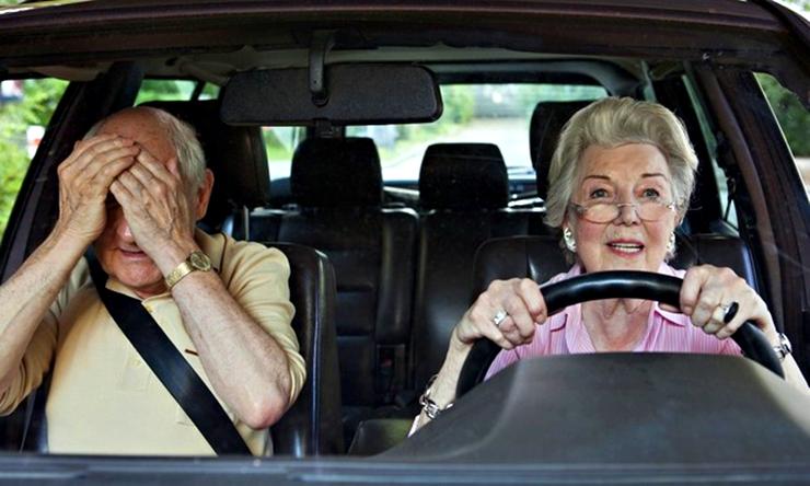 Mujer manejando un auto con compañía.