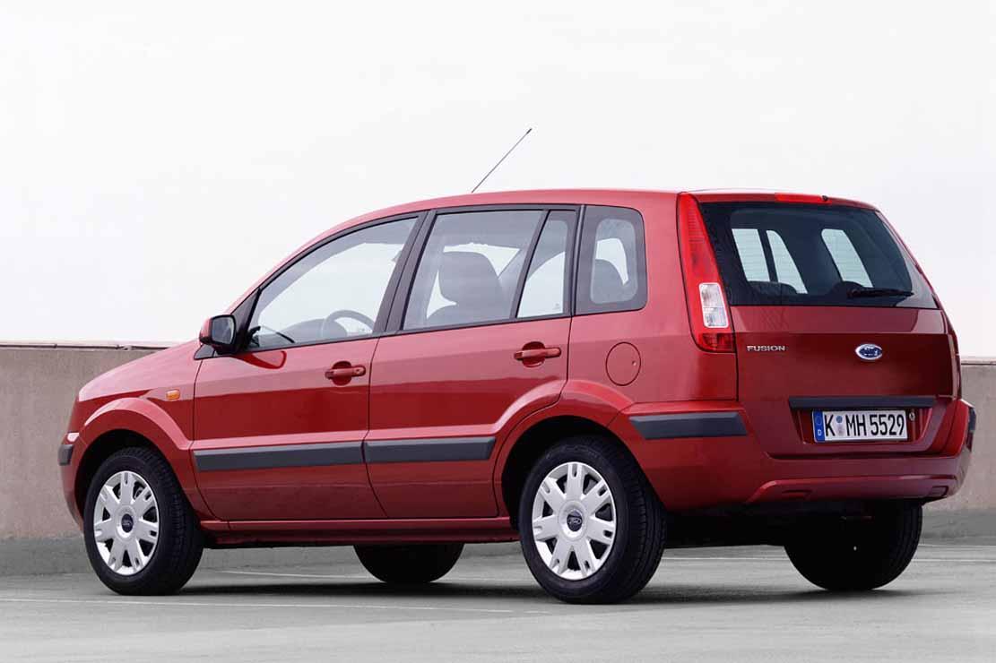 Ford Fusion en color rojo estacionada.