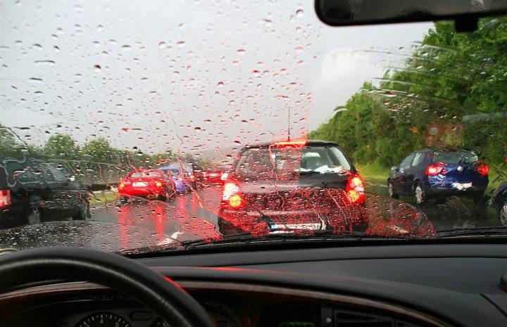 Mejores tips para conducir bajo la lluvia