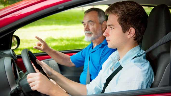Padre e hijo en auto