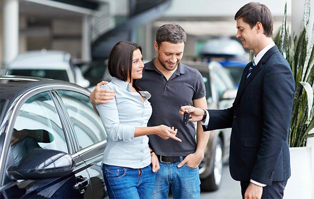 Pareja comprando auto con préstamo