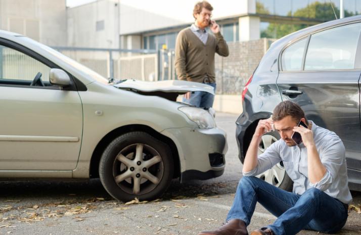 Personas en accidente de auto