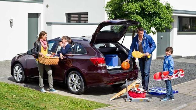 Familia preparando su coche para las vacaciones.