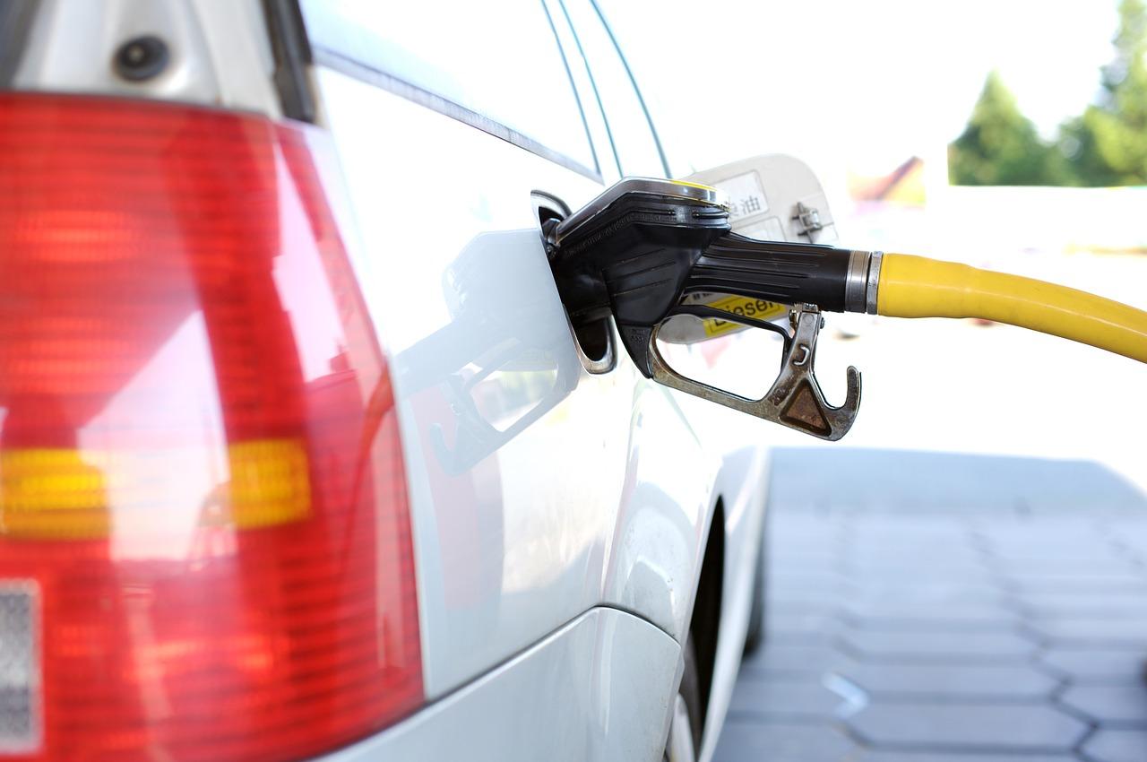 Auto cargando gasolina