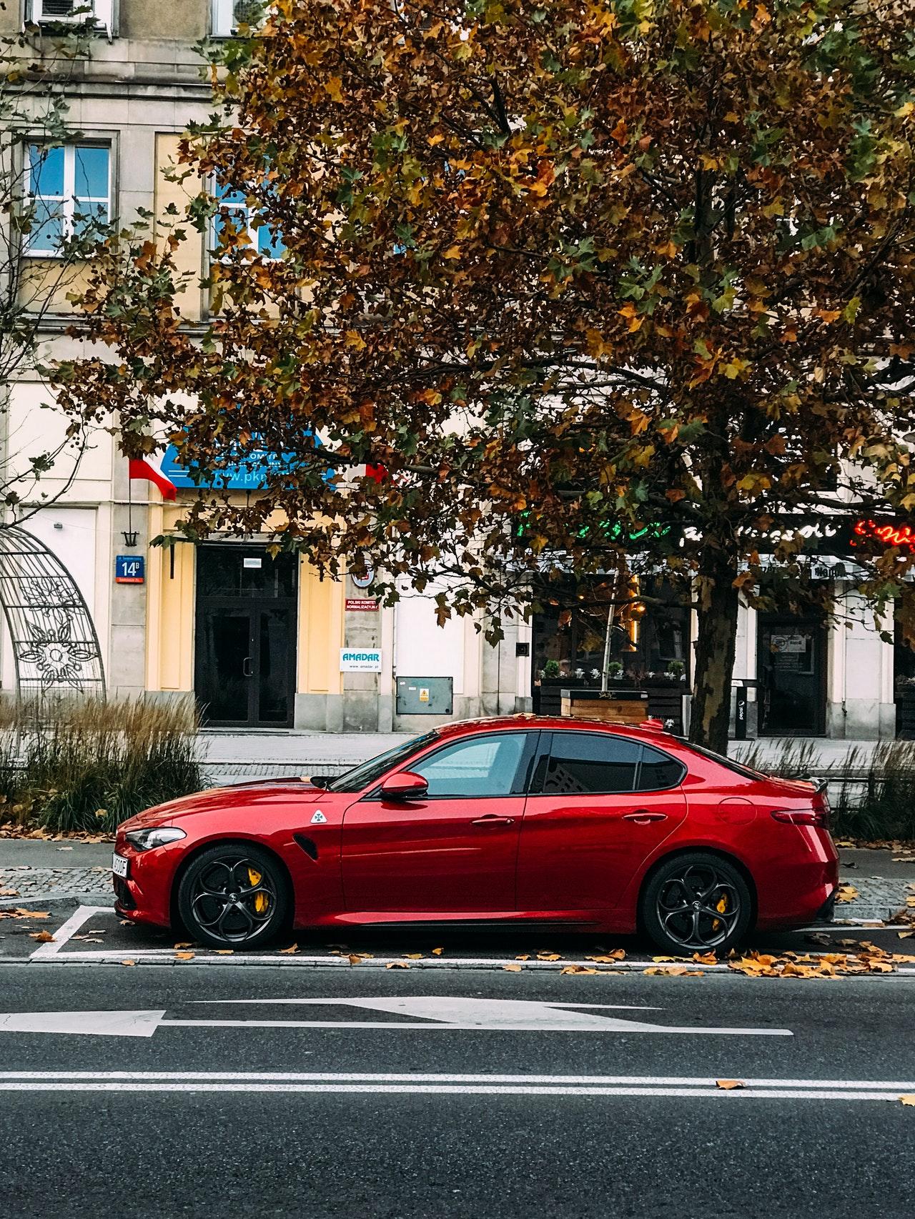 Auto color rojo estacionado