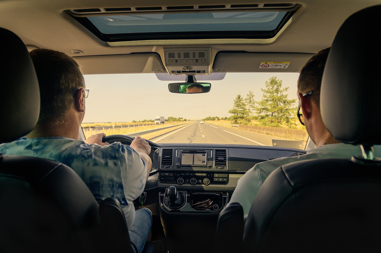 Familia conduciendo por la carretera