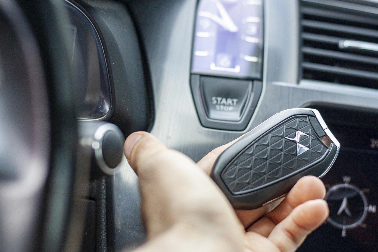 Hombre con las llaves su auto