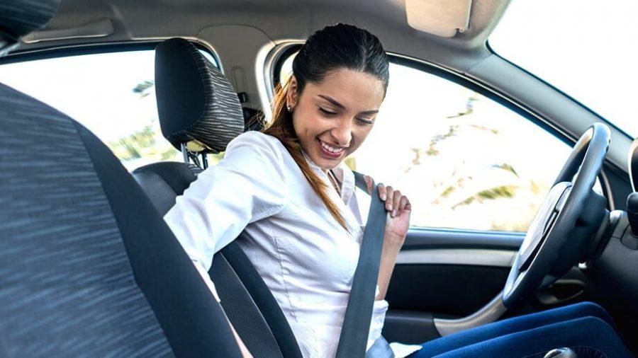 Mujer abrochando el cinturón de seguridad