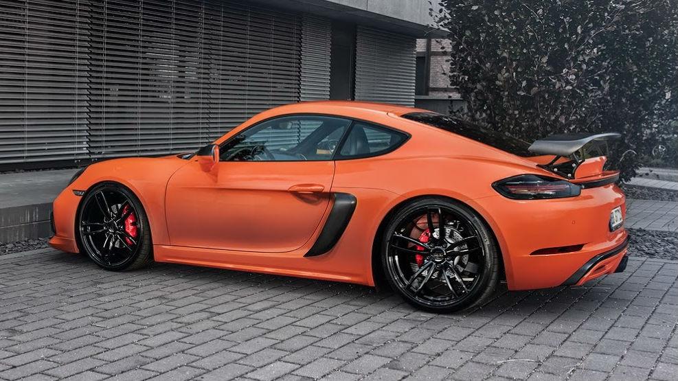 Porsche color naranja lava estacionado al frente de una casa.