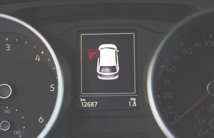 Tablero de señalamiento en auto