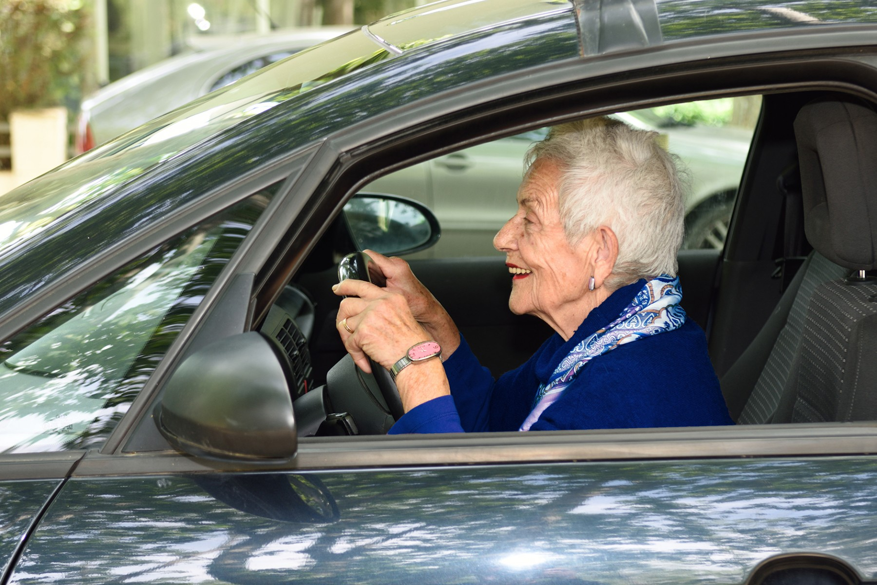 Persona mayor manejando auto